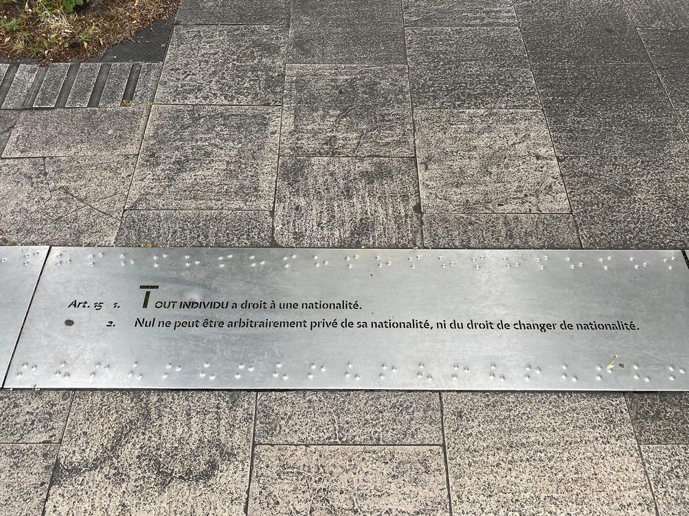 Plaque sur le Parvis des Droits de l'Homme à Bordeaux, devant le Tribunal de Grande Instance